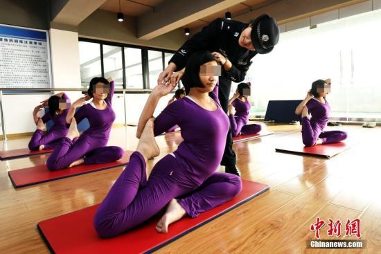 资料图:戒毒人员瑜伽兴趣小组在活动。 安源 摄