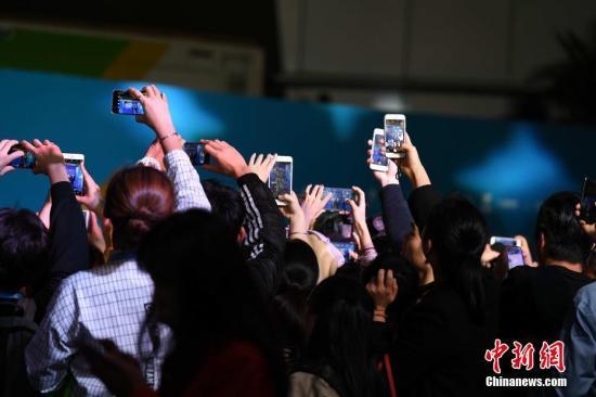 图为影迷纷纷举起手机拍摄明星。王东明 摄