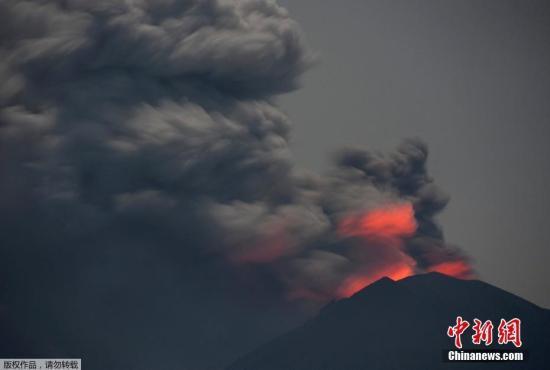 当地时间11月28日,阿贡火山持续喷发。