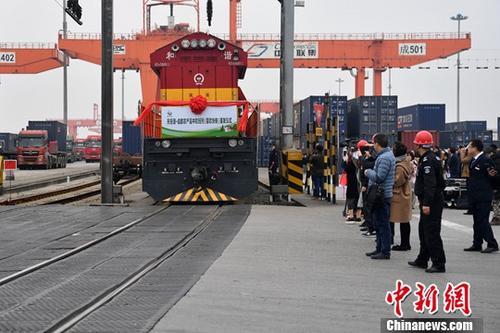 资料图:载有34吨猕猴桃的中欧班列(蓉欧快铁)从成都青白江出发。<a target='_blank' href='http://www-chinanews-com.gotaojin.com/'>中新社</a>记者 张浪 摄
