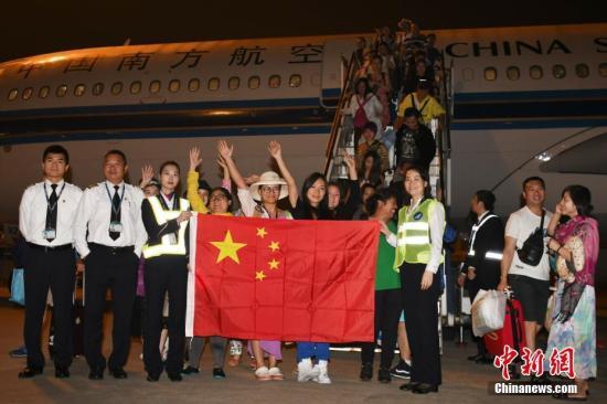 11月30日早晨5点43分许,滞留巴厘岛213名中外旅客乘CZ6066航班飞抵深圳宝安国际机场。<a target='_blank' href='http://www.chinanews.com/'>中新社</a>记者 陈文 摄