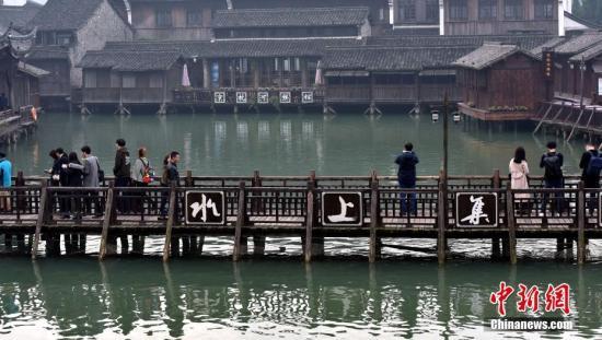"""11月28日,游客们在乌镇景点""""水上集市""""游玩。12月3日至5日,第四届世界互联网大会将在浙江乌镇举办。 发 周尔博 摄"""