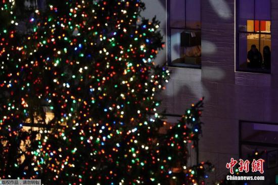 资料图:当地时间2018-12-13,美国纽约洛克菲勒中心举行一年一度的圣诞树亮灯仪式,迎接即将到来的圣诞节。