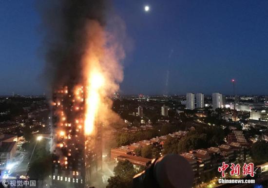 资料图:当地时间2017年6月14日,英国伦敦,格伦费尔公寓大楼发生火灾,最终造成71人死亡,包括一名腹中胎儿。 Gurbuz Binici 摄 图片来源:视觉中国