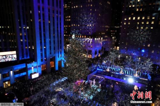 当地时间11月29日,美国纽约洛克菲勒中心举行一年一度的圣诞树亮灯仪式,迎接即将到来的圣诞节。
