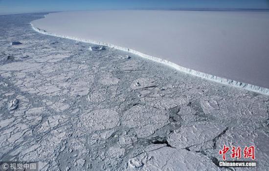 """资料图:当地时间2017年10月31日,NASA""""冰桥行动""""拍摄到的南极洲拉森C冰架著名冰山A-68的西部边缘。NASA""""冰桥行动""""过去9年致力于研究观测南极与北极地区的冰雪覆盖情况,收集有关极地和海冰变化的数据。 Mario Tama 摄 图片来源:视觉中国"""