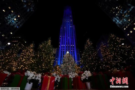 资料图:美国纽约洛克菲勒中心举行圣诞树亮灯仪式。
