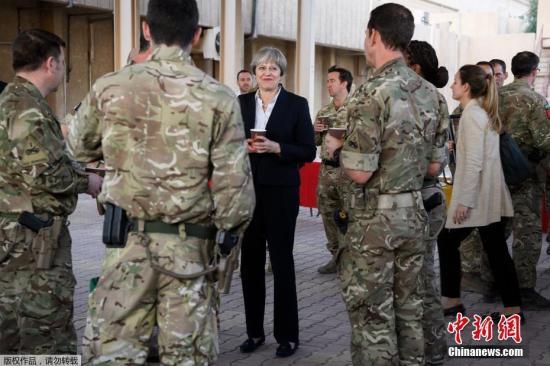 资料图:图为英国首相特蕾莎?梅与在伊拉克驻守基地的官兵交谈。