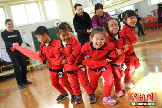 11月30日,在山西太原市,山西省政府机关幼儿园举行家长开放日活动,邀请家长们入园了解孩子们在园内的生活、学习情况,观察孩子们在幼儿园的表现,参与互动游戏,交流分享育儿经验。 武俊杰 摄