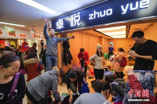 资料图:东鼎服装批发市场内,商户正在进行最后几小时的甩卖。 <a target='_blank' href='http://www.chinanews.com/'>中新社</a>记者 贾天勇 摄
