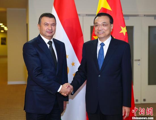 当地时间11月30日下午,中国国务院总理李克强在索契下榻饭店会见塔吉克斯坦总理拉苏尔佐达。 记者 刘震 摄