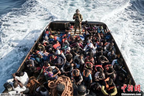 材料图@员天工夫2017年6月27日,利比亚Zawiyah镇四周海疆,利比亚海岸保镳队正在海中救起147名试图进进欧洲的不法移。据意年夜利海岸保镳流露,已往48小时正在利比亚火域救起超越8000名移。