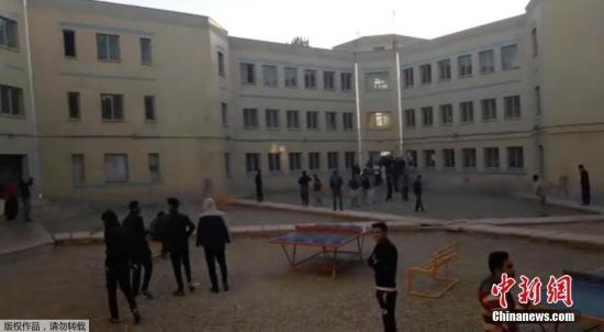 图为社交媒体上的图片显示,科尔曼省的民众在地震时来到空地上躲避。