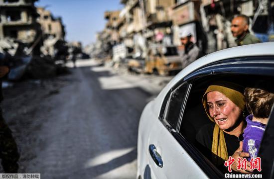 当地时间2017年10月20日,叙利亚拉卡,一名妇女在看到自己的房子时哭泣。