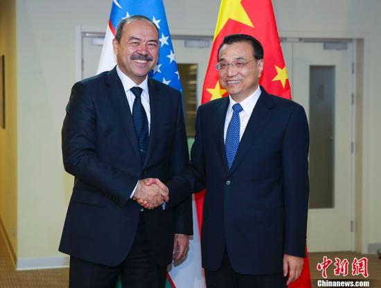 当地时间11月30日晚,中国国务院总理李克强在索契下榻饭店会见乌兹别克斯坦总理阿里波夫。 记者 刘震 摄