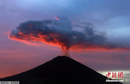 当地时间11月30日,印度尼西亚巴厘岛,著名旅游胜地阿贡火山持续喷发,火山喷出浓烟、灰尘、碎石和沙子,形成一朵巨型蘑菇云。