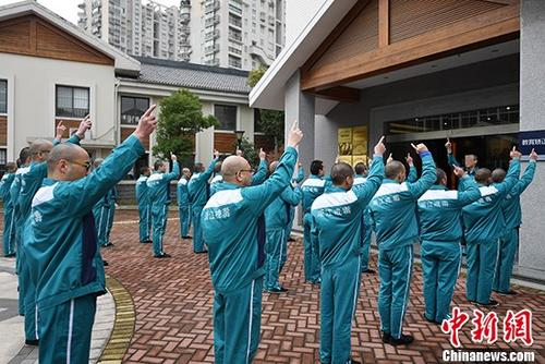 """资料图:""""世界艾滋病日"""" 浙江戒毒所开展主题帮扶活动 。 中新社记者 王远 摄"""