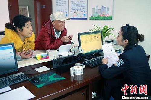 资料图:民警为市民办理相关证照。中新社记者 王磊 摄
