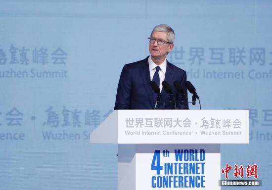 """12月3日,苹果公司首席执行官蒂姆・库克出席在浙江乌镇举行的第四届世界互联网大会开幕式,他在演讲中透露了苹果公司在中国的发展成果和所创价值。""""我们在中国的旅程始于30年前。""""库克表示,自苹果进入中国以来,已为中国创造了500万个工作岗位,有180万中国开发者通过AppStore获得了1120亿元人民币的总收入,是全球之最。 <a target='_blank' href='http://www.chinanews.com/'>中新社</a>记者 杜洋 摄"""