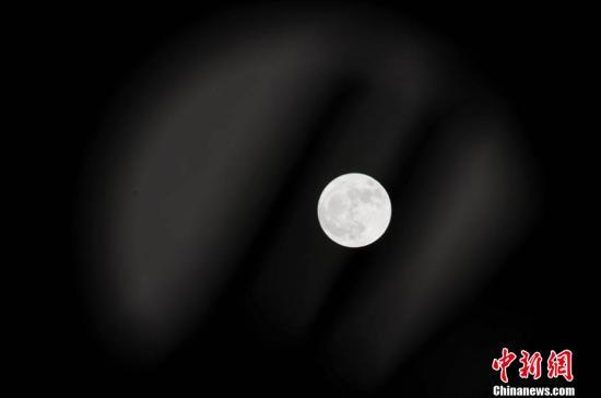 材料图U铰夜空中的超等月。(多制截光)a target='_blank' href='http://www.chinanews.com/' 种孤网/a记者 李霈韵 摄