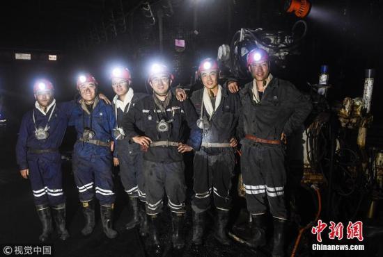 资料图:大学生钻机班400米井下拓青春,常年与瓦斯为伴。图片来源:视觉中国