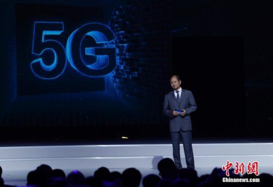 """12月3日,第四届世界互联网大会""""世界互联网领先科技成果发布""""在乌镇互联网国际会展中心举行,发布了世界互联网领域领先科技成果。图为华为轮值首席执行官徐直军介绍华为3GPP 5G预商用系统。 <a target='_blank' href='http://www.chinanews.com/'>中新社</a>记者 杜洋 摄"""