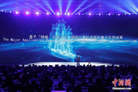 """12月3日,第四届世界互联网大会""""世界互联网领先科技成果发布""""在乌镇互联网国际会展中心举行,发布了世界互联网领域领先科技成果。图为基于""""神威?太湖之光""""超级计算机系统的重大应用成果。 中新社记者 杜洋 摄"""