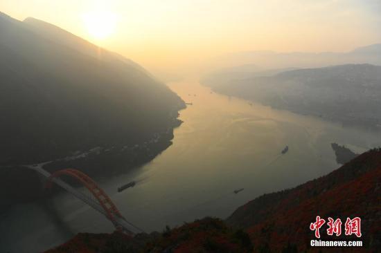 整个巫山呈现出高峡平湖与漫山红叶交相辉映。 陈超 摄