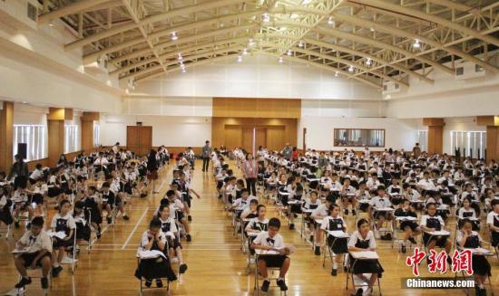 2017年度第三次印尼汉语考试12月3日在雅加达、普禾格多、玛琅三地落幕。今年全年共有15627人考生参加印尼全国汉语考试,考生人数创下历年新高。图为雅加达-HSK3级考试现场。 /p中新社记者 陈宁洁 摄