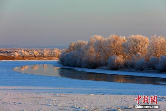 新疆哈巴河县雾淞奇观。 刘是何 摄