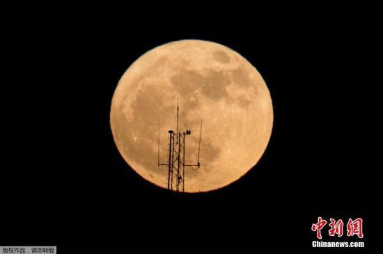 """资料图:在以色列内坦亚升起的""""超级月亮""""。"""
