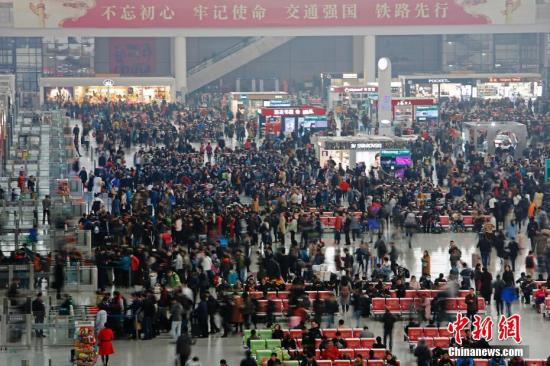12月4日,旅客在铁路上海虹桥站乘坐高铁列车前往全国各地。截至当日,铁路上海站管辖的上海站、上海南站、上海虹桥站和上海西、南翔北、安亭北3大3小共6个火车站,年客运总量突破两亿人次。<a target='_blank' href=