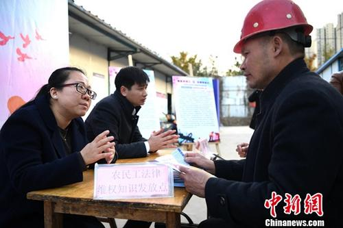 资料图:法律工作者为外来务工人员提供法律咨询。<a target='_blank' href='http://www.chinanews.com/'>中新社</a>记者 韩苏原 摄