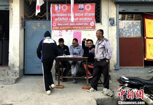 从12月1日到12月6日,约有140万人离开尼泊尔加德满都谷地,到各自家乡参加投票活动。图为加德满都地区某党派的一个宣传点。<a target='_blank' href='http://www.chinanews.com/'>中新社</a>记者 张晨翼 摄