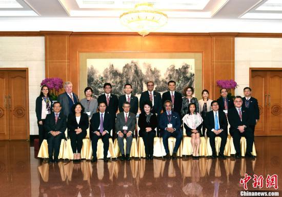 12月5日,中国国务院侨办主任裘援平在北京会见香港总商会北京高层访问团一行。中新社记者 张勤 摄