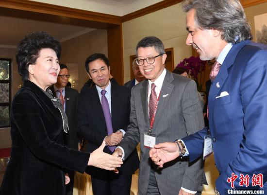 12月5日,中国国务院侨办主任裘援平在北京会见香港总商会北京高层访问团一行。记者 张勤 摄
