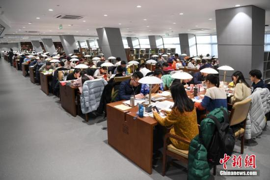 资料图:大学生在图书馆自习室内学习。武俊杰 摄