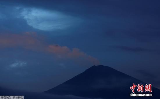 资料图:当地时间2017年12月2日,印度尼西亚巴厘岛,阿贡火山持续喷发。