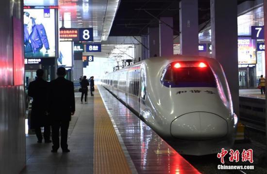 12月6日,重庆发往西安的首班动车组D4281次上午8:20正式发车。 中新社记者 陈超 摄