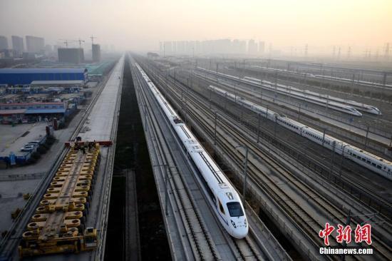 2017年12月6日8时22分,D4251次动车组列车离开西安北站向南驶去,西安至成都高铁正式开通运营。 韩正阳 摄