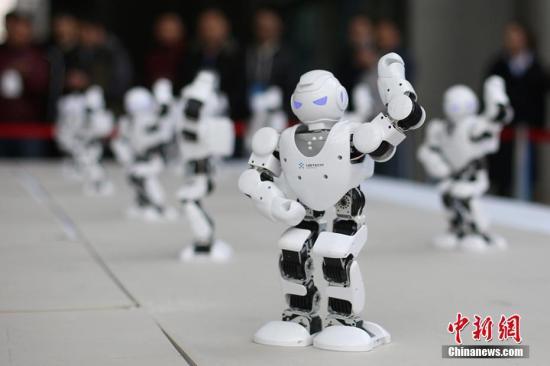 """""""机器人""""亮相2017世界智能制造大会跳起""""广场舞""""。泱波 摄"""