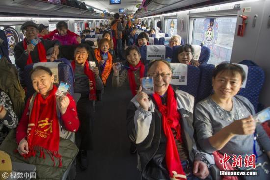 乘客乘坐西成高铁。 王曙天 摄 图片来源:视觉中国