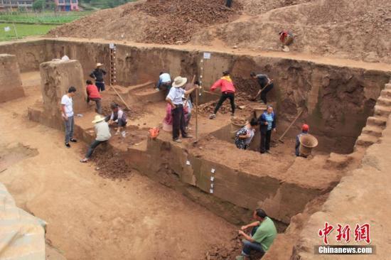 四川省文物考古研究院6日对外发布考古新发现,考古工作者对罗家坝遗址进行第四次考古发掘时发现一处距今4500至5300年的新石器时期遗存,这让罗家坝遗址成为中国嘉陵江流域目前发现的堆积最厚、延续时间最长的新石器时代遗址。钟欣 摄