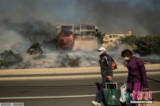 """12月6日消息,美国加利福尼亚州爆发3场野火,目前都未得到有效控制。洛杉矶附近文图拉县12月4日爆发了一场野火,2.7万名居民被要求撤离。圣塔克拉利塔5日也爆发野火,超过200名消防人员投入灭火行列。此外,一场名为""""溪火""""(Creek Fire)的火灾正影响洛杉矶市区附近的西尔马和湖景露台地区。 据报道,文图拉县150座建筑遭到破坏,加州州长布朗宣布文图拉县进入紧急状态。5号州际公路也因圣塔克拉利塔野火被关闭。目前,直升机和其他航空器已经投入了救火任务中,但这3场火灾都没有得到有效遏制。"""