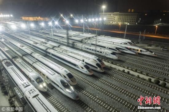 2017年12月5日夜,陕西西安,西安动车段存车线,一列列和谐号动车组整装待发。 图片来源:视觉中国