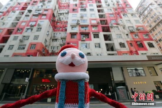 资料图:圣诞节将来临,香港一楼房前出现圣诞公仔。<a target='_blank' href='http://www.chinanews.com/'>中新社</a>记者 洪少葵 摄