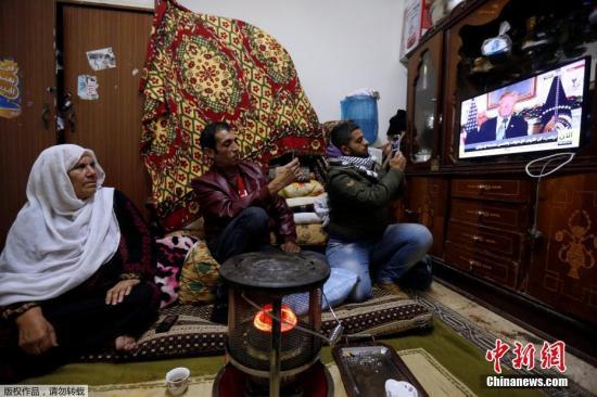 """资料图:巴勒斯坦民众在位于Al-Baqaa的难民营内,观看特朗普发表公告的直播画面,美国宣布承认耶路撒冷为""""以色列首都""""。"""