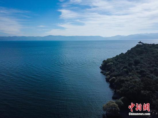 2017年12月7日,云南玉溪抚仙湖风景如画。中新社记者 任东 摄