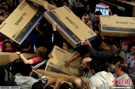 资料图:巴西圣保罗,黑五季顾客挤爆商店抢购商品。
