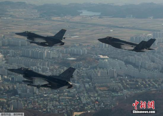 """据韩国军方12月6日消息,部署在关岛安德森空军基地的美军B-1B轰炸机编队当天飞临半岛参加韩美年度大规模联合空中演习""""警戒王牌""""(Vigilant Ace)。据悉,B-1B轰炸机编队将在半岛上空实施轰炸演习,韩美空军战机为其护航,包括F35,F16,F15等。12月4日启动的""""警戒王牌""""有韩美空军230多架飞机参加,仅美军隐形战机就达24架。"""